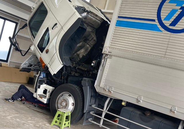 トラック整備中の写真04